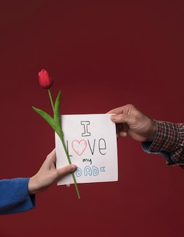 Женщина предлагает карточку отцу на бордовом макете