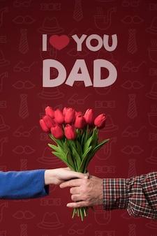 Женщина преподносит цветы отцу на бордовом макете