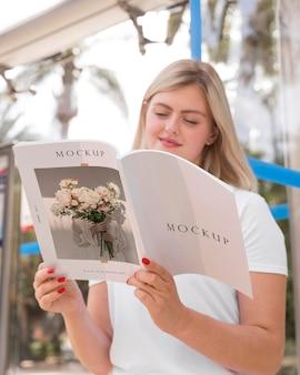 本を読んで通りの女性