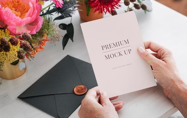 초대 카드를 읽는 여자