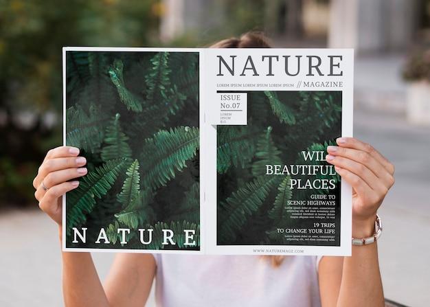 Donna che legge la rivista di natura mock up