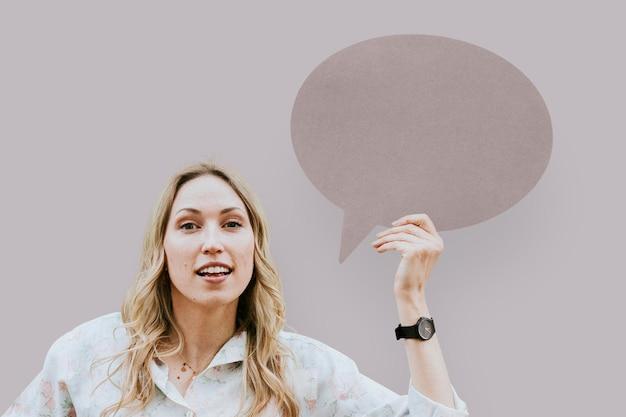 Женщина показывает пустой речевой пузырь