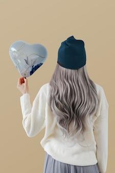 하트 블루 풍선 이랑을 보여주는 여자