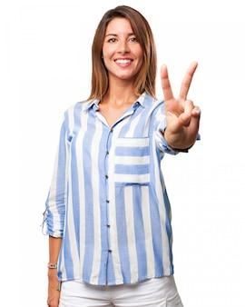 평화 기호를 보여주는 여자
