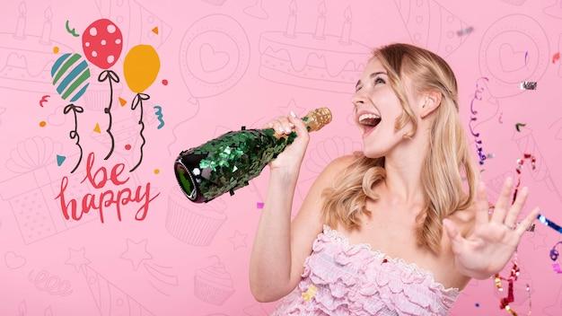 Женщина поет на бутылке шампанского