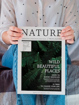 Женщина сидит и держит журнал макет