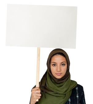 Женщина, стоящая и держащая баннер copyspace
