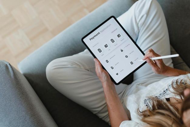 집에서 코로나바이러스 검역 중 디지털 태블릿으로 스타일러스를 사용하는 여성