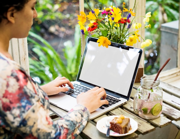 Donna, usando, laptop