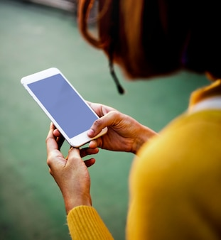스마트 폰을 사용하는 여성 무료 PSD 파일