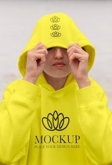 Donna che indossa una finta felpa con cappuccio