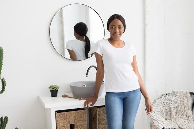 Женщина, носящая дизайн макета рубашки