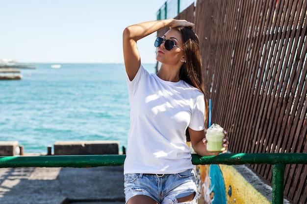 여자 흰색 o- 넥 티셔츠 모형 디자인