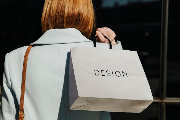 Женщина с сумкой для покупок после праздника