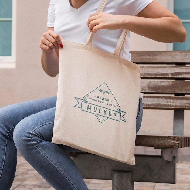 Donna con il concetto di mock-up di borsa
