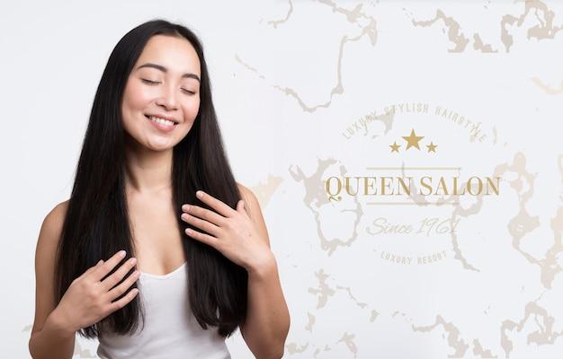 Женщина с красивым объявлением волос