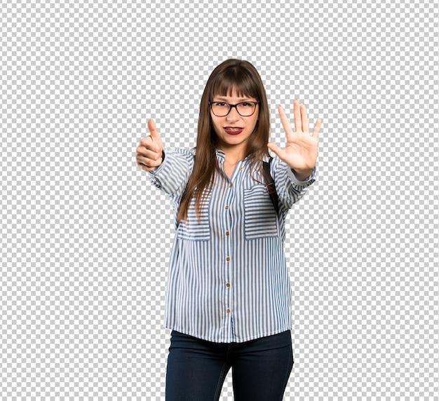 指で6を数えるメガネの女性