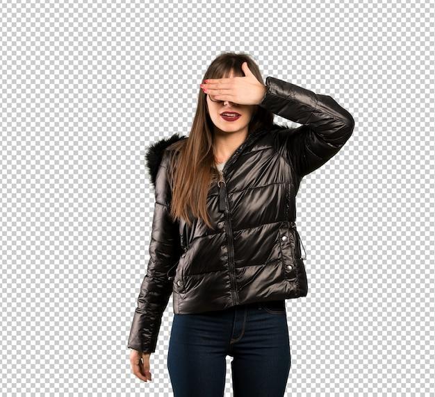Женщина с очки, охватывающих глаза руками. не хочу что-то видеть