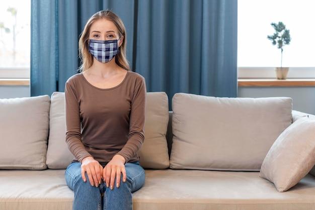 医療マスクコンセプトモックアップを持つ女性