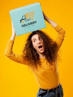 Женщина с пакетом макетов