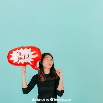 Donna con mockup discorso palloncino
