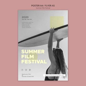 サーフボード夏映画祭ポスターテンプレートを持つ女性
