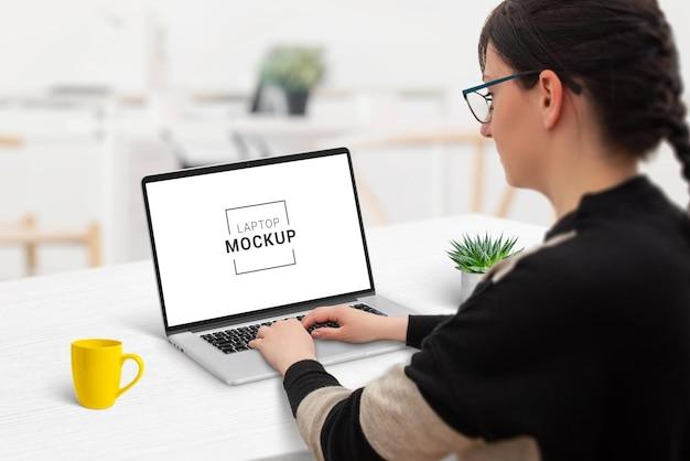 노트북 컴퓨터 모형에 여자 작업