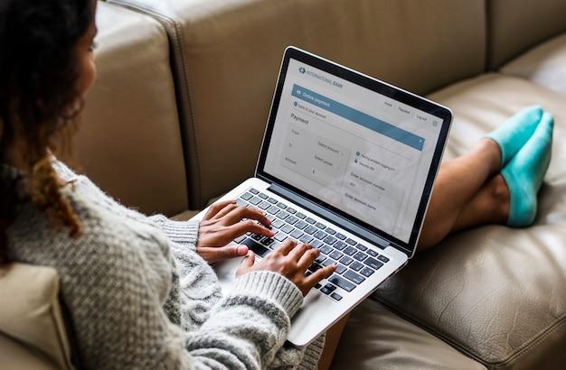 노트북에서 일하는 여자