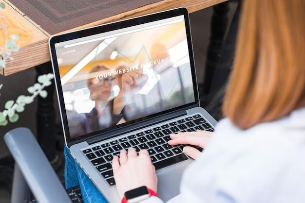 女性、ノートパソコン、モックアップ、仕事