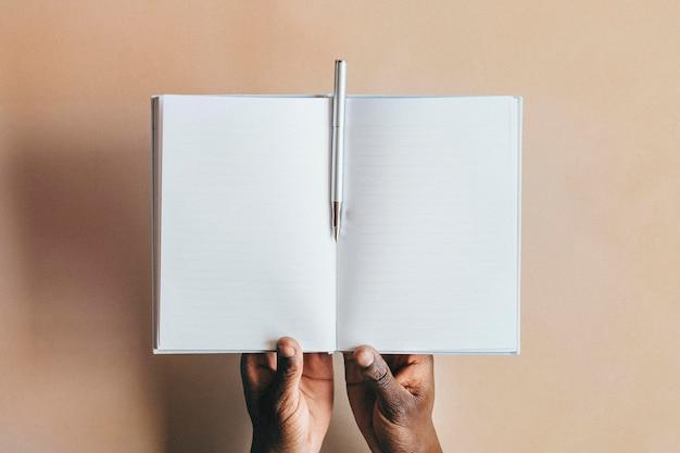 Женщина, пишущая в записной книжке