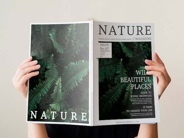 自然雑誌のモックアップを持っている梨花の手 無料 Psd