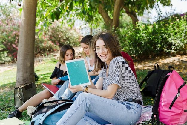 공원에서 태블릿 이랑보고 여자