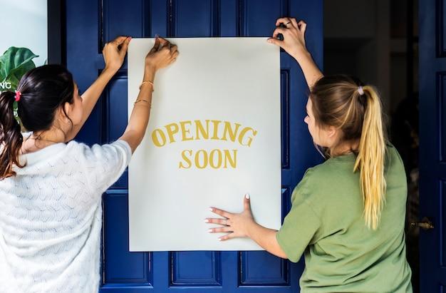 Женщины, ставящие на открытие магазина, скоро подпишут