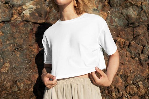 여성용 흰색 작물 탑 psd 모형 해변 의류 사진 촬영