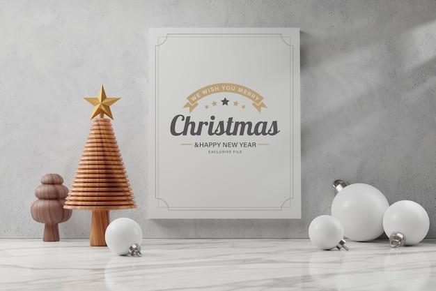 木製のクリスマスツリーと白いグリーティングカード、メリークリスマスと新年あけましておめでとうございますのコンセプト