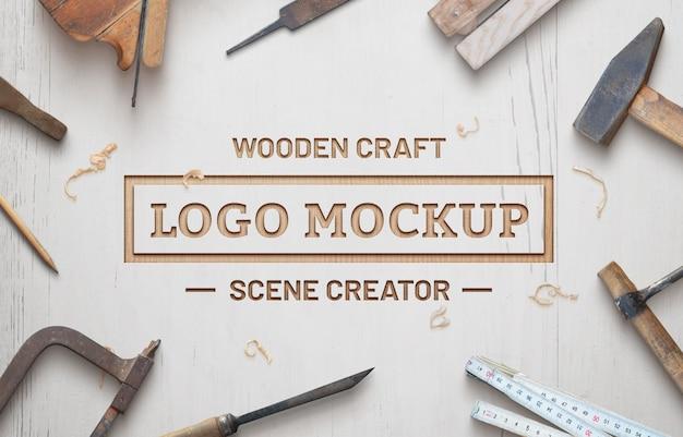 Деревянное ремесло логотип макет сцены создателя. белая деревянная поверхность с деревянной стружкой.