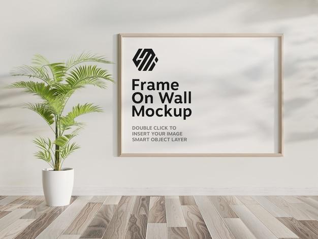벽에 걸려있는 나무 프레임 모형