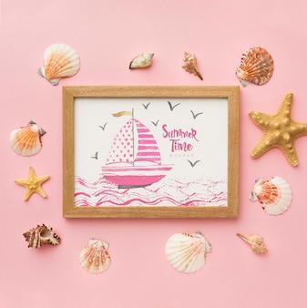 ピンクの背景に木製フレーム