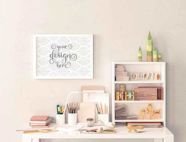 Рабочий стол и небольшие макеты рамок для картин