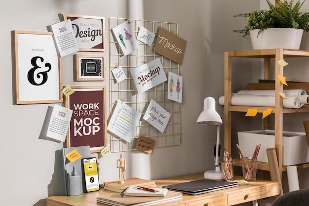 Mockup di scrivania da lavoro con dispositivi