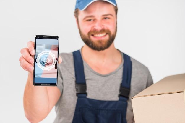Рабочий держит смартфон макет на день труда