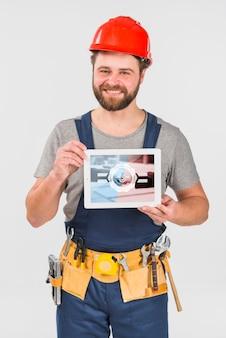 Работник держит планшет макет на день труда