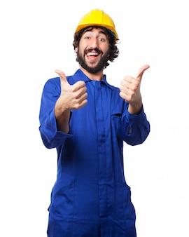 Работник с пальцами вверх