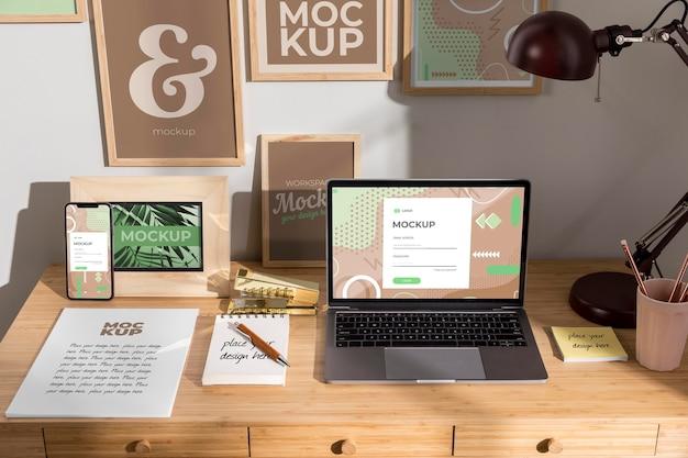 デバイスを使用した職場のモックアップ
