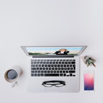ラップトップ、スマートフォン、コーヒーのワークスペースコンセプト