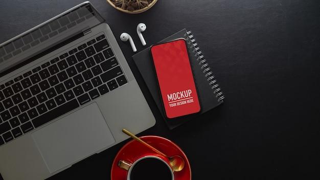 ノートパソコンとスマートフォンのモックアップを備えたワークスペース