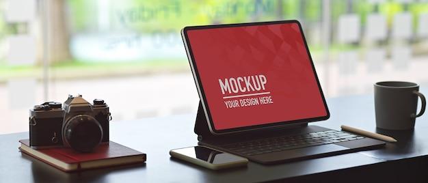 ノートパソコンのモックアップとカメラを備えたワークスペース