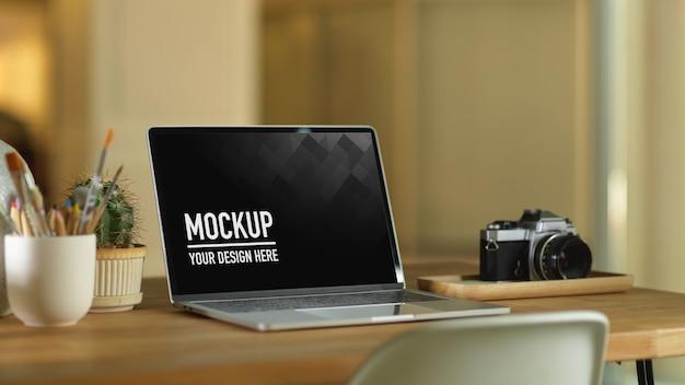 Рабочее пространство с макетом ноутбука и камерой