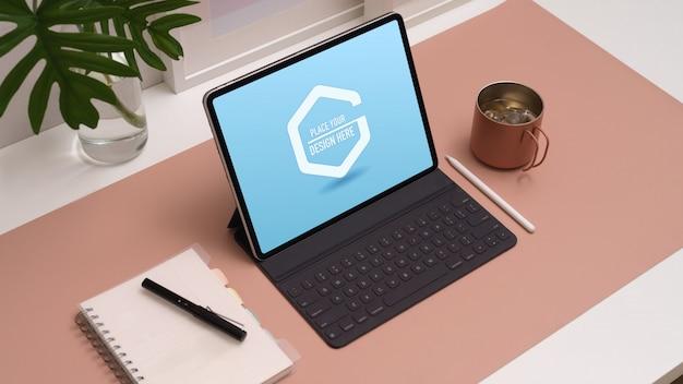 디지털 태블릿 모형이있는 작업 공간