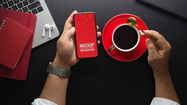 スマートフォンのモックアップとコーヒーのワークスペース